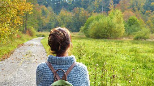 Frau von hinten in den Feldern